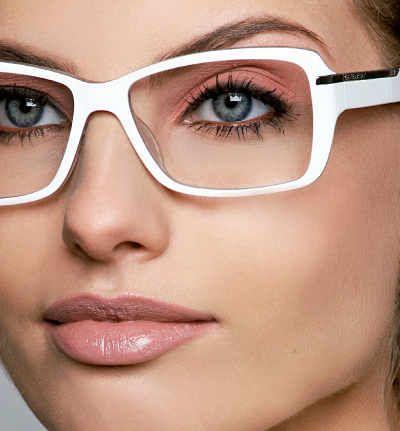Quer se maquilhar mas acha que seus óculos atrapalham no look? Com essas dicas de maquilhagem vai conseguir fazer um make harmonioso que incorporará os óc