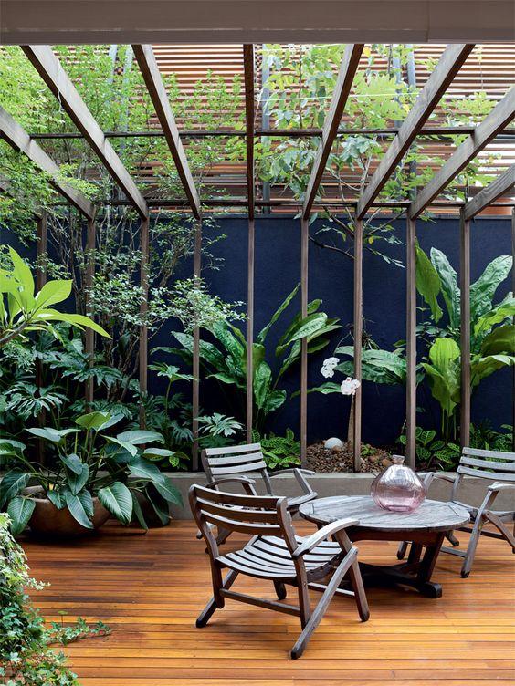 Quintal florido de 100 m² é área de lazer no apartamento térreo ...