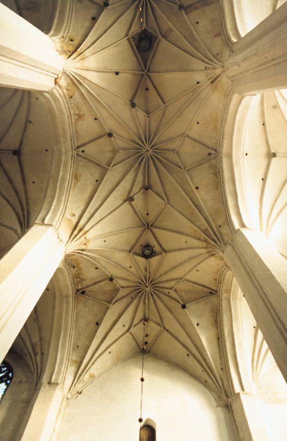 Ejemplo de una bóveda de crucería en la catedral de San Juan Bautista y San Juan Evangelista, ubicada en Toruń (Polonia).