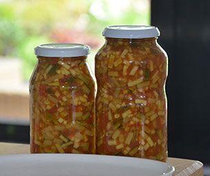Courgette maakt u het beste in, in azijn met suiker. Courgette traditioneel inmaken is niet zo'n succes omdat het dan in de inmaakketel vaak moes wordt.
