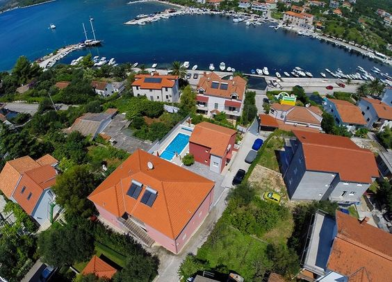 This villa is located 100 meters from Ina beach. It has four bedrooms, two bathrooms, a kitchen, living room and a large terrace.
