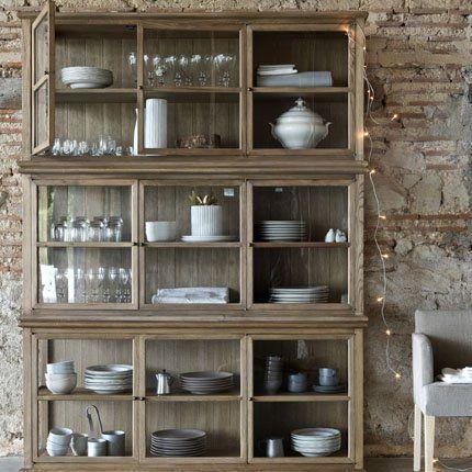 Un joli meuble vitrine pour exposer la vaisselle tout en les protégeant de la poussière