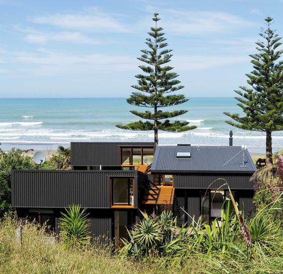 Casa costera, en #Gisborne En un contexto de viviendas sencillas junto a una comunidad de surf, aislada al sur de #NuevaZelanda, se diseñó esta vivienda secuencial que otorga una nueva silueta a los alrededores. - #architecture #NewZealand  Descubrí más en