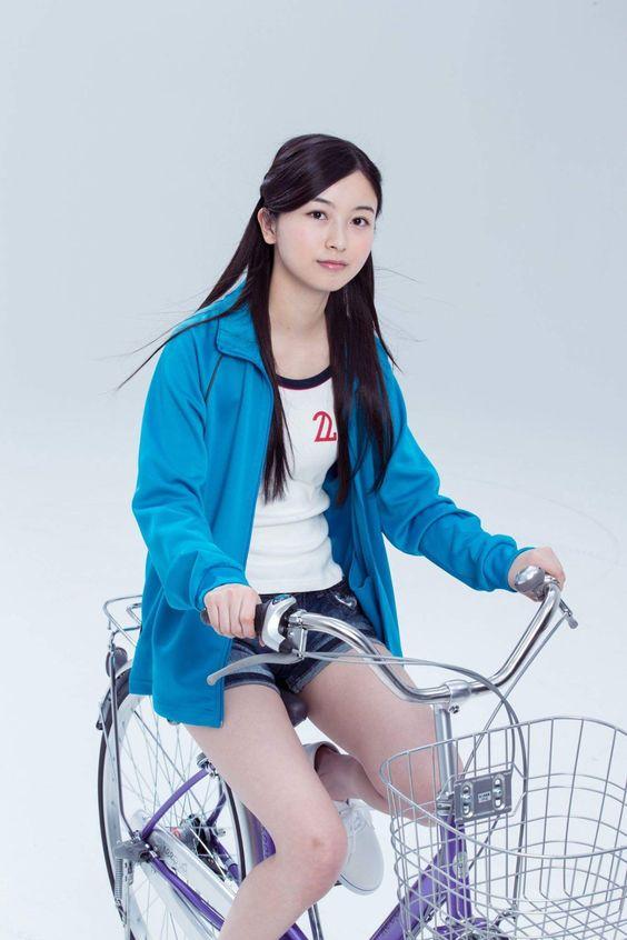 自転車に乗る佐々木琴子