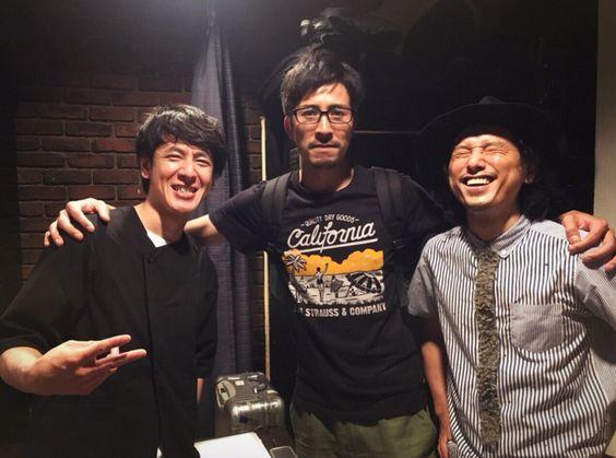 CLUB QUEで伊澤さんとシュンスケさんを見てきました。 自分から写真をお願いしておきながら、憧れのアーティストに挟まれ、緊張のあまり顔がひきつる。肩組んでる手は震える。今日も最高でした。  伊澤さん、誕生日おめでとうございます!