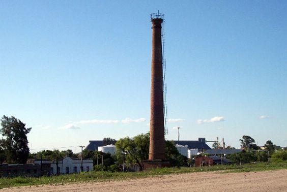 Chimenea ex fábrica de tanino Z Puerto Vilelas