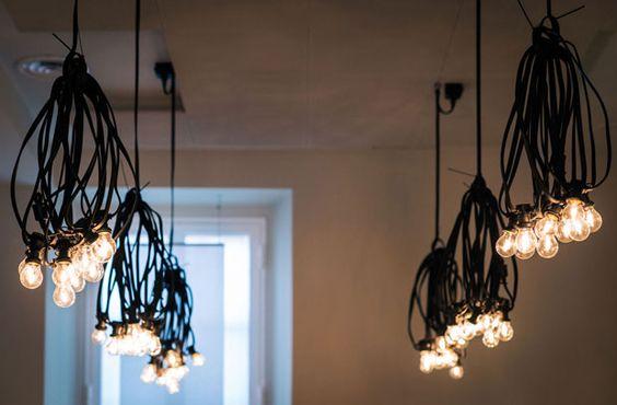 Le lampade da sospensione di fili elettrici industriali bouquet del concept store parigino Merci