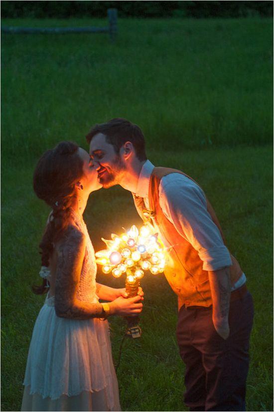 Una idea loca y creativa: ¡un bouquet de luces! ¡No lo vayas a arrojar! #Bouquets #Bodas #Novias #Luces #DIY