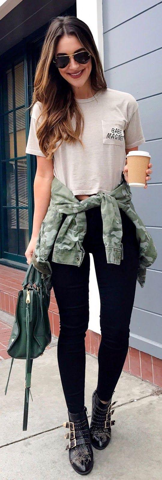 Inspiração: estampa militar. T-shirt cropped branca, legging preta, jaqueta verde camuflada amarrada na cintura, ankle boot preta