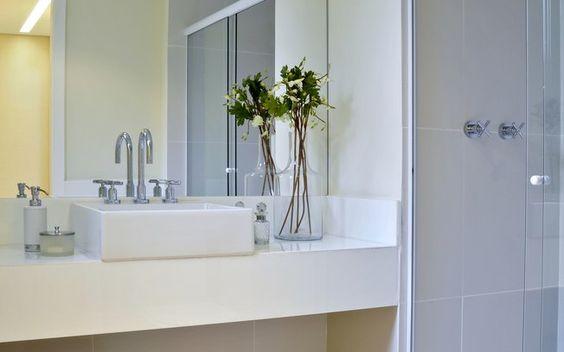 No banheiro, o espelho acima da bancada vai até o teto e dá a sensação de espaço redobrado