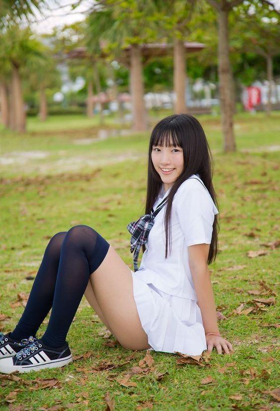 #水手服 #制服美少女 坐在草皮上》#Cute #Girl #Pretty #Girls #漂亮 #可愛