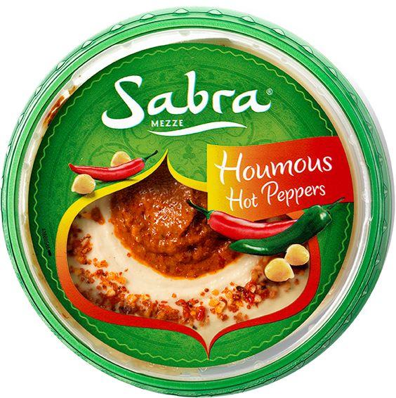 Sabra Houmous Hot Peppers is onze heerlijke romige en gladde Houmous Classic met een topping van pittige groene chilipepers, spicy rode pepers en kruiden zoals komijn, kardemom en koriander. • Een echte aanrader voor liefhebbers van houmous die flink wat pit willen. #echtehoumous #houmous #sabramezze #hummus #humus #hotpeppers #hot