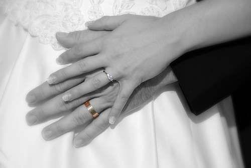 Imagenes Gratis Manos De Recien Casados Con Sus Flamantes Alianzas Mano Pareja Amor Union Compromiso Bo Anillos De Casados Fotos De Manos Recien Casados