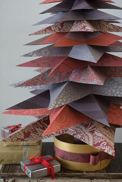 le papier peint est découpé en forme d'étoile puis plié pour lui donner du volume. Pour former un sapin graphique et ordonné, la méthode de l'origami est de superposer les étoiles de la plus grande à la plus petite. Ces étoiles seraient d'ailleurs disposées autour d'un tronc central pour gagner en rigidité.