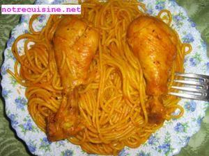 INGREDIENTS : ( pour 4 personnes ) 4 cuisses de poulet 250 gramme de spaghetti 1 cuillère à café de sel, d'épices mélangées (ras el hanout) 1/2 cuillère à café de poivre, de paprika de gingembre, de laurier, d'ail en poudre 1 cuillère à soupe de tomate...