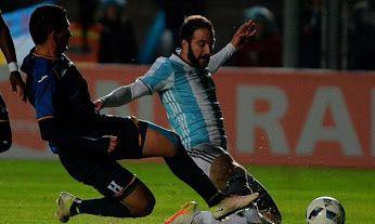 "Leverón: ""No tuve intención de lesionar a Messi""  http://futbolcentroamerica.com/3664/johnny-leveron-aclaro-que-no-hubo-intencion-de-lesionar-a-messi"
