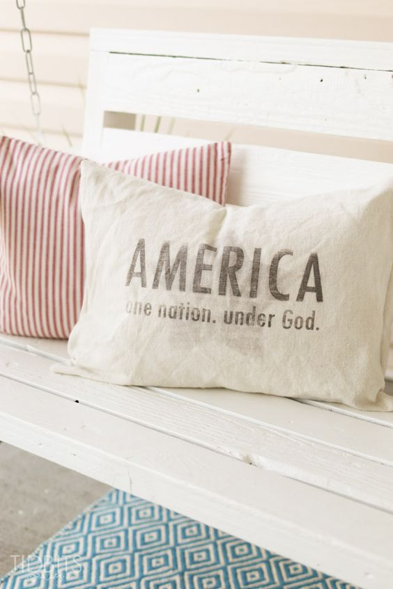This vintage inspired patriotic pillow is a great accent for national holidays or year round patriotism. Get the free printables for it!