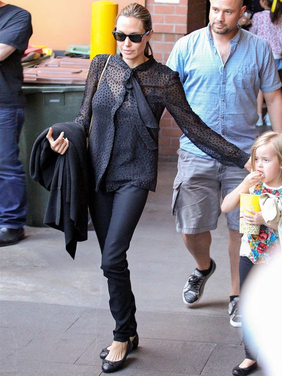 アンジェリーナ・ジョリーの黒ガーリーな透けシャツスタイル