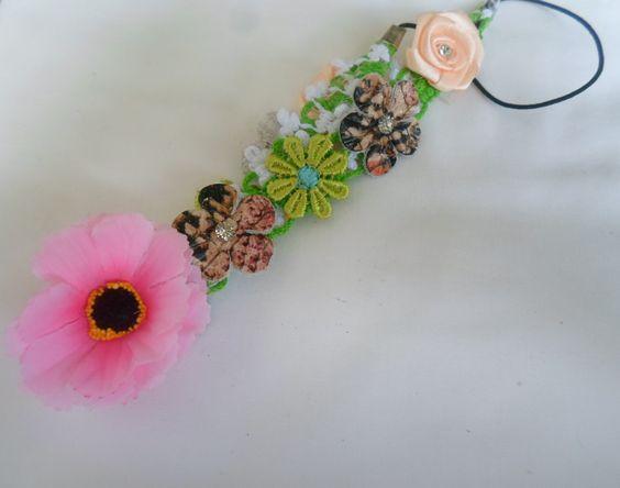 O Headband artesanal com flores é uma excelente opção para quem busca grande estilo e beleza, pois esta linda coroa constituída por flores contendo pedrarias, foi feita a mão com muito carinho e amor exclusivamente para você ficar mais linda do que nunca!