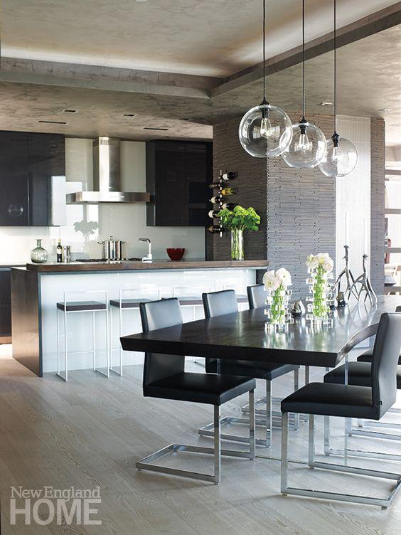 Une cuisine ouverte sur la salle à manger moderne.
