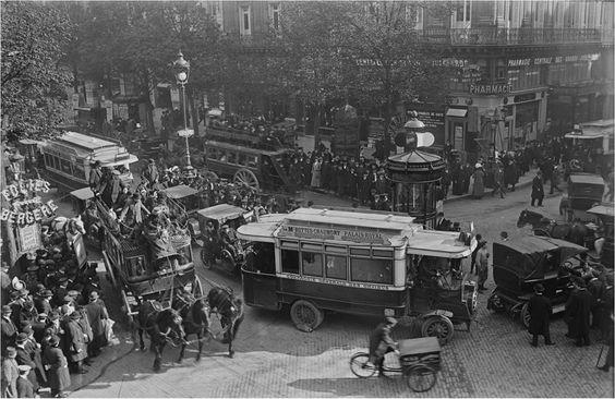L'agitation et le trafic de tous les jours sur les grands boulevards parisiens, en avril 1912. L'agent de police au milieu du carrefour semble un peu perdu...