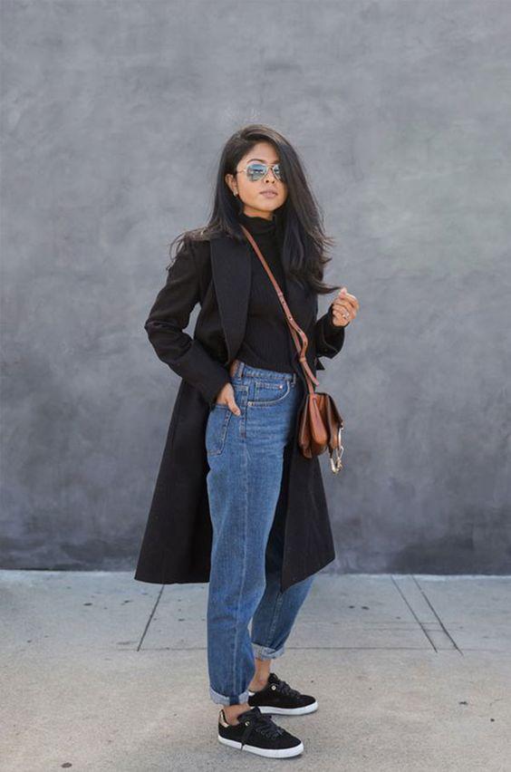 A combinação mom jeans + all black também fica incrível. O trench coat completa o look do inverno. it-girl - blusa-preta-casaco-mom-jeans - mom-jeans - inverno - street style