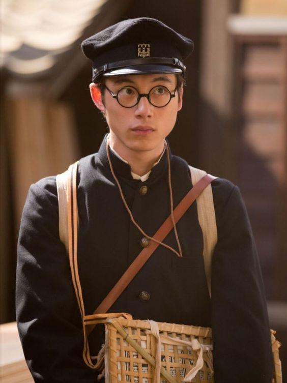 学生服姿の坂口健太郎