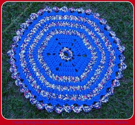EU TAMBÉM CROCHETO...: Tapete Hexagonal Listrado Azul e Estampado em Trapilhos