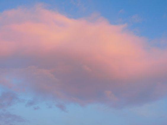 """Fast so groß wie der halbe Himmel erschien heute diese rosa Wolke, als wollte jemand mir sagen, """"Ich bin so groß und habe so viel Umarmung für dich!"""""""