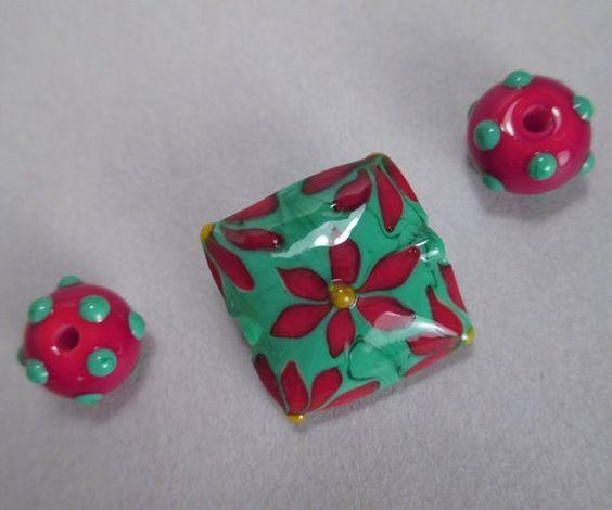 Handgemachte Murano Glas Bead Christmas fokale, von Patti Cahill, SRA--grün mit roten Weihnachtsstern Kissen fokale