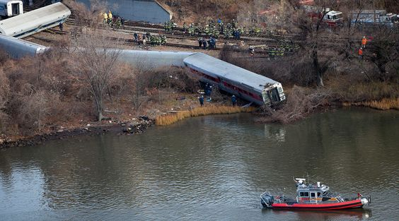 Emergency workers gather at the site of a Metro-North train derailment in the Bronx borough of New York December 1, 2013 © Carlo Allegri