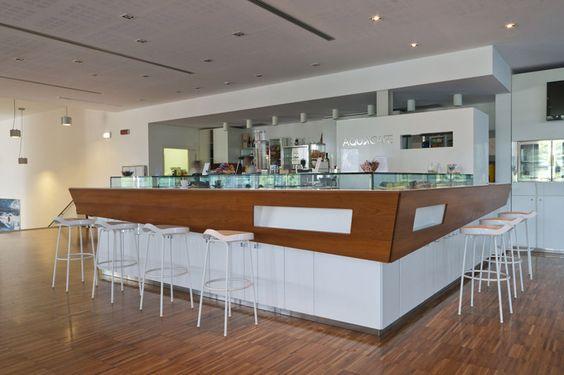 Caffetteria Aquaniene a Roma, grande bancone bar con sgabelli e piano snack, Progetto Arch.Luca Braguglia Photo Sergio Grandi