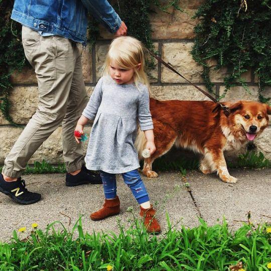 Ещё красивенький цветочек нашла. #девочка #собака #girl #dog