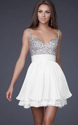 vestido de fiesta corto en color blanco y plateado.,