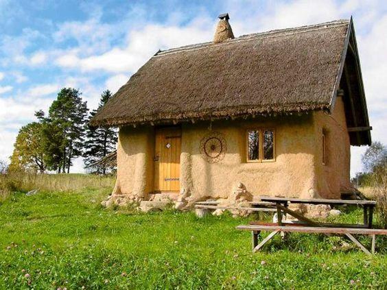 Wieś Przełomka nad jeziorem Hańcza. Wśród pofałdowanego krajobrazu stoi dom różniący się od pozostałych budynków w okolicy. Nie zbudowano go ani z drewna, ani z cegieł. Powstał z gliny, słomy i okolicznych kamieni.