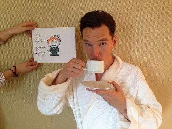 コーヒーを飲むベネディクト・カンバーバッチ