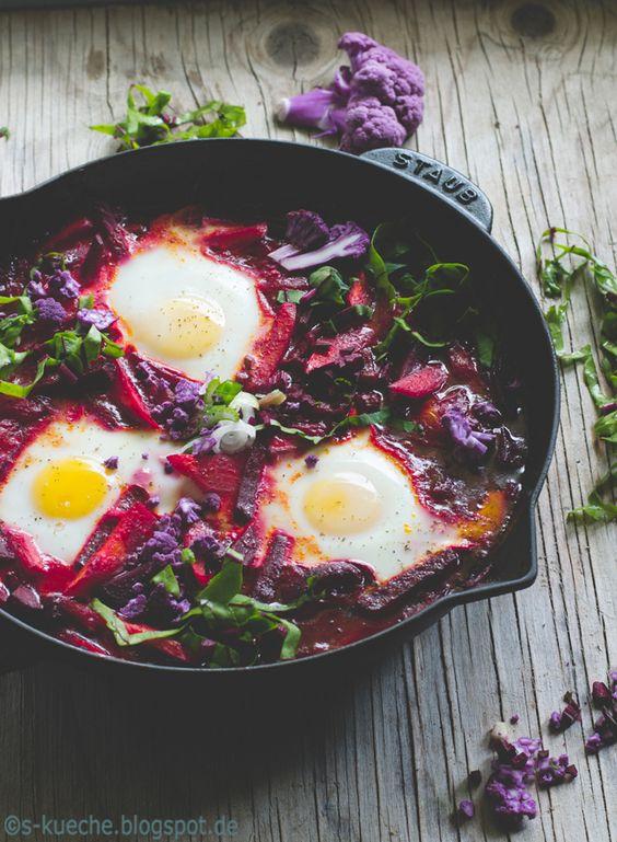 Shakshuka mit Rote Bete  Shakshuka, ein köstliches vegetarisches Pfannengericht aus Nordafrika und Israel in einer Version mit Rote Bete