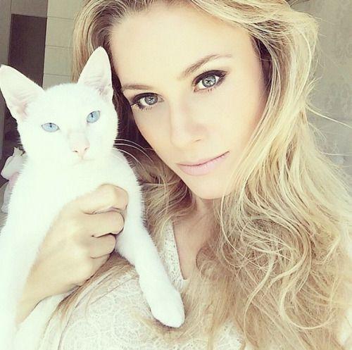 Giselle Prattes, mãe de Nicolas Prattes, protagonista de 'Malhação', tem só 35 anos. Já Nicolas tem 16 anos. No Instagram, a moça revelou que foi mãe muito jovem.
