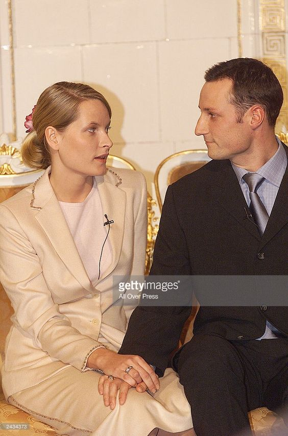 Mette-Marit Tjessem and HRH Crown Prince Haakon Magnus hold hands January 21, 2000 after announcing their engagement in Oslo, Norway. The couple married August 25, 2001. (Photo by Tor Kvello/All Over Press/Getty Images)