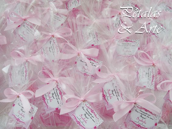 Mini sache coração rosa, embalado em saquinho celofane, fechado com laço de fita e tag personalizado.