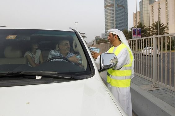 #AbuDhabi motorists given #iftar meals in attempts to reduce rush hour road accidents