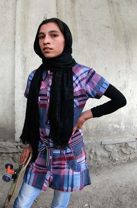 Madina joven afghana practica skateboarding en las calles de Kabul. Afghanistán