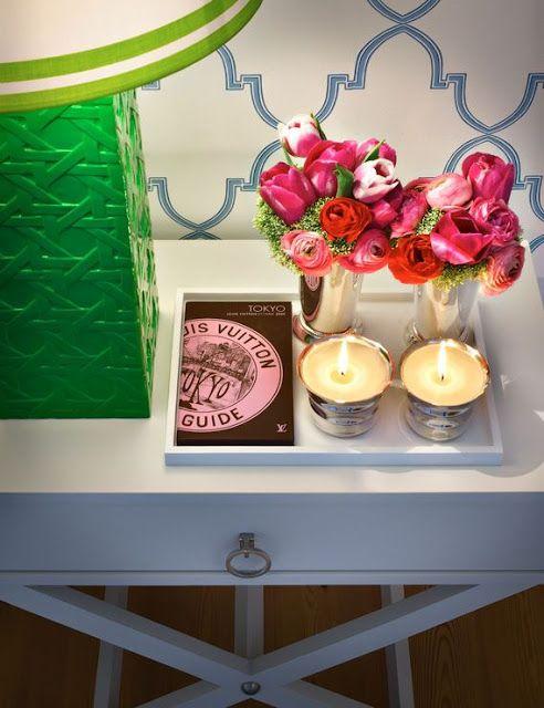 Flores e velas em tabuleiro cabeceira: