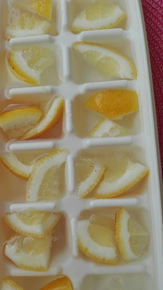 Einfache Erfrischung: Biozitronen und Wasser, ab in das Gefrierfach und fertig sind die zitronigen Eis würfel für den Wasserkrug