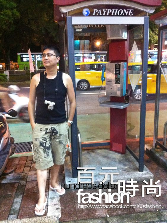 一個人走在城市的街頭獨自探索,吃吃、走走、拍拍,偶爾停下腳步為這城市的美做出點貢獻,站在公共電話亭旁粧點它,讓它多一點活的知性美。