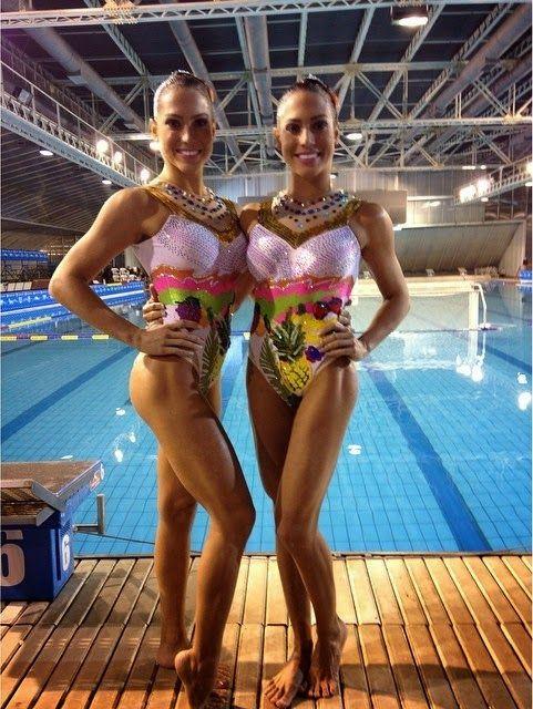 Gêmeas Bia e Branca Feres posam em torneio e exibem o corpo saradíssimo.