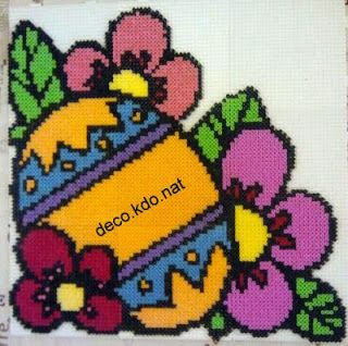 DECO.KDO.NAT: Perles hama: gros oeuf de pâques au milieu de fleurs