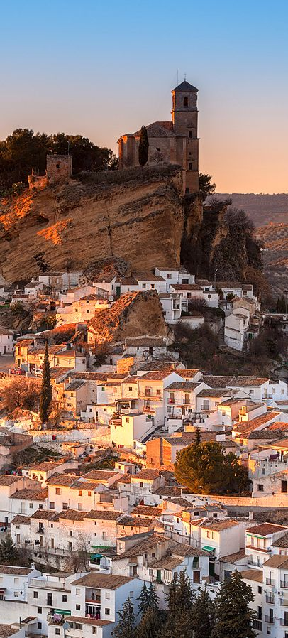 Over the small white buildings, the historic ensemble of Montefrio reigns since Moorish times. Today, the watchtowers, the castle and the Arabic fortress still refuse to leave the past and stand as one of Seven Wonders of Granada.