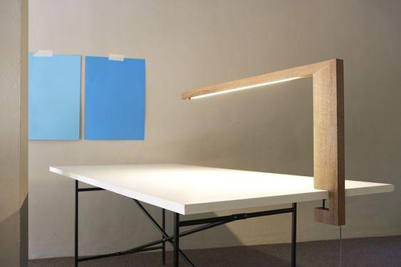 Die stark geometrische Formgebung und der Werkstoff Holz geben Timp ein ungewöhnliches und markantes Aussehen. Mittels eines einfachen Klemmmechanismus wird die Leuchte am Schreibtisch befestigt. D...