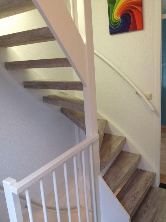 Treden, onderzijden en achterzijden van een open trap bekleed met 100% PVC traprenovatie. Forbo White Raw Timber heeft een duidelijk zichtbare en voelbare toplaag. Realistisch en natuurgetrouw. De treden hebben een R10 anti-slip waarde. Ongekend voor traprenovatie! Deze kleur wordt ook wel lava eiken of vulkaan eiken genoemd.